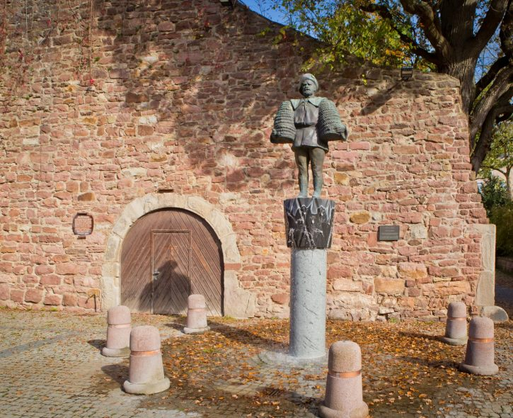 Stadtmauer Bad Kissingen mit Peter Heil Statue