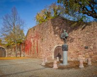 Stadtmauer Bad Kissingen mit Peter Heil Statue
